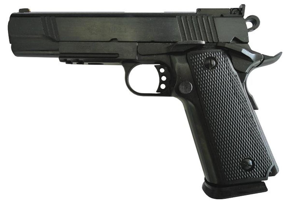 Jedna z najvydarenejších kópií legendárnej pištole Colt 1911 v kalibri .45ACP v čiernom prevedení s výškovo nastaviteľnými mieridlami a dvojradovým 14 ranovým zásobníkom, picatinny rail pre baterku alebo laser. Presná celochrómová hlaveň, skeletonová spúšť, veľké mieridlá, solídna konštrukcia, ktorá sa nikdy nezasekne, absolútne nenáročná na strelivo. Pozor, na trhu sa môžu nachádzať aj staré 3 ročné modely, ktoré s týmito novými majú málo spoločné!