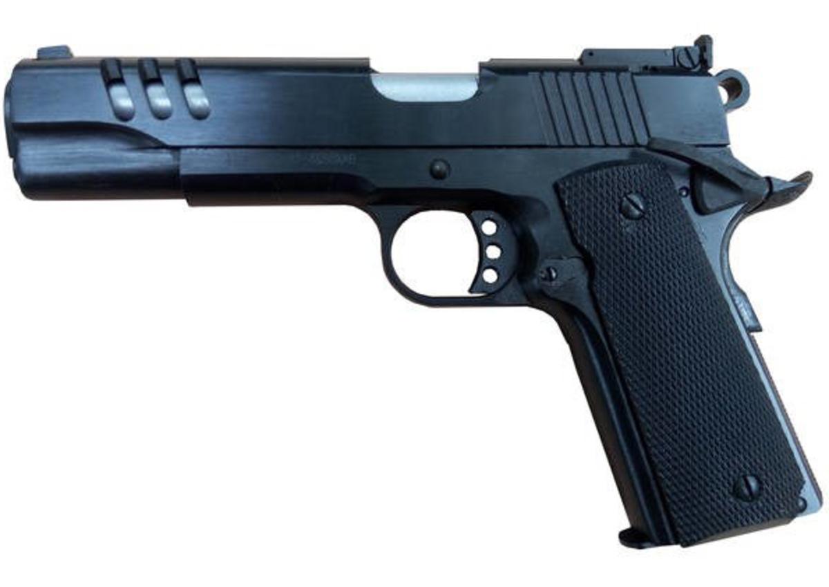 Jedna z najvydarenejších kópií legendárnej pištole Colt 1911 v kalibri .45ACP v čiernom prevedení s výškovo nastaviteľnými mieridlami. Základom je portovaný záver, presná celochrómová hlaveň, skeletonová spúšť, veľké mieridlá, solídna konštrukcia, ktorá sa nikdy nezasekne, absolútne nenáročná na strelivo. Pozor, na trhu sa môžu nachádzať aj staré 3 ročné modely, ktoré s týmito novými majú málo spoločné!