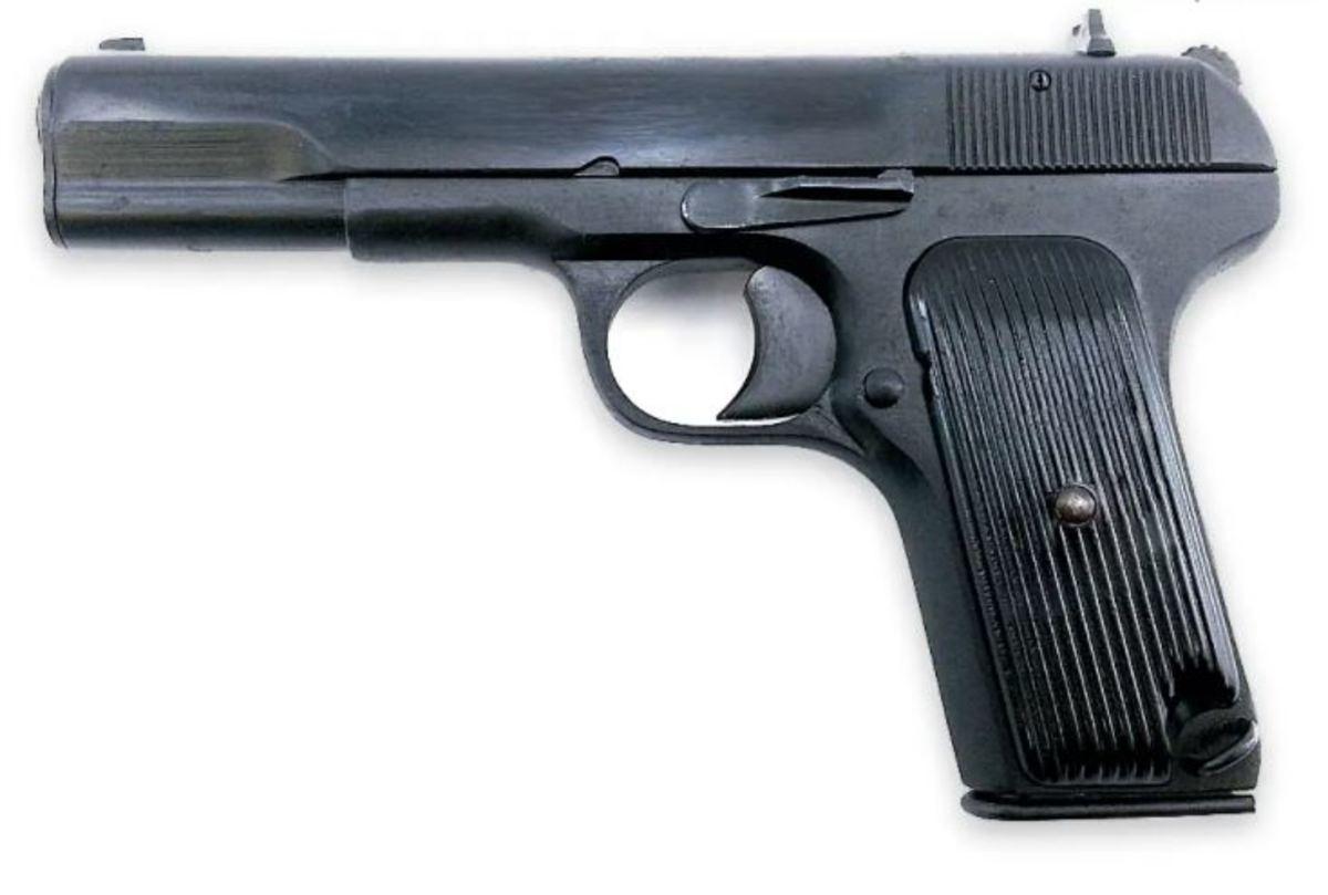 """TT33 """"Tokarev"""" bola prvá samonabíjacia pištoľ vo výzbroji ruskej armády. V ponuke mávame ročníky 1933-1945 ako aj """"vylepšené"""" ročníky 1948-1952. Všetky pištole sú ruskej výroby, v úloženkovom stave, bez hnusného nápisu TT-C na záveri a zásobník má rovnaké číslo ako zbraň."""