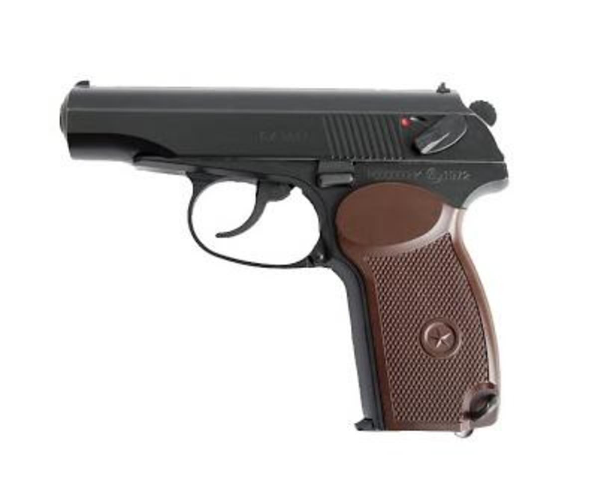 """Nástupca známej pištole TT33 """"Tokarev"""" sa vyrábal od roku 1948. Máme v ponuke Makarov PM ruskej výroby, v top absolútne bezchybnom stave, bez škrabancov. V balení pištoľ a 2 zásobníky."""