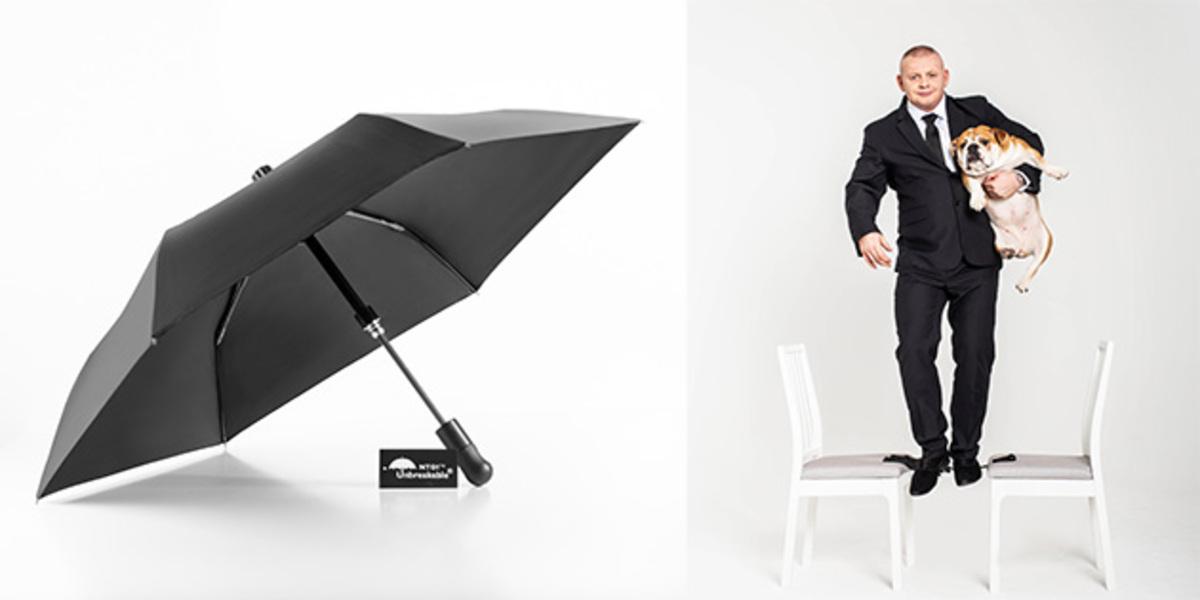 Tento dáždnik je špeciálne navrhnutý tak, aby v meste plnil aj úlohu nenápadného obranného pomocníka. Telo je z karbónu a lúče z tvrdeného polyméru. Keďže dáždnik nemá kovové časti (okrem špičky), je možné ho zobrať aj do lietadla. Na dáždnik sa môže postaviť aj 100kg človek a nezlomí sa. Dáždnik teda môže fungovať na odrážanie útokov, ale aj na zneškodnenie útočníkov masívnym guľovým koncom. Farba je zatiaľ iba čierna. Máme kompaktnú verziu  (dĺžka 78cm, priemer 85cm) za 99€ a XL verziu (dĺžka 93cm, priemer 100cm) za 109€.