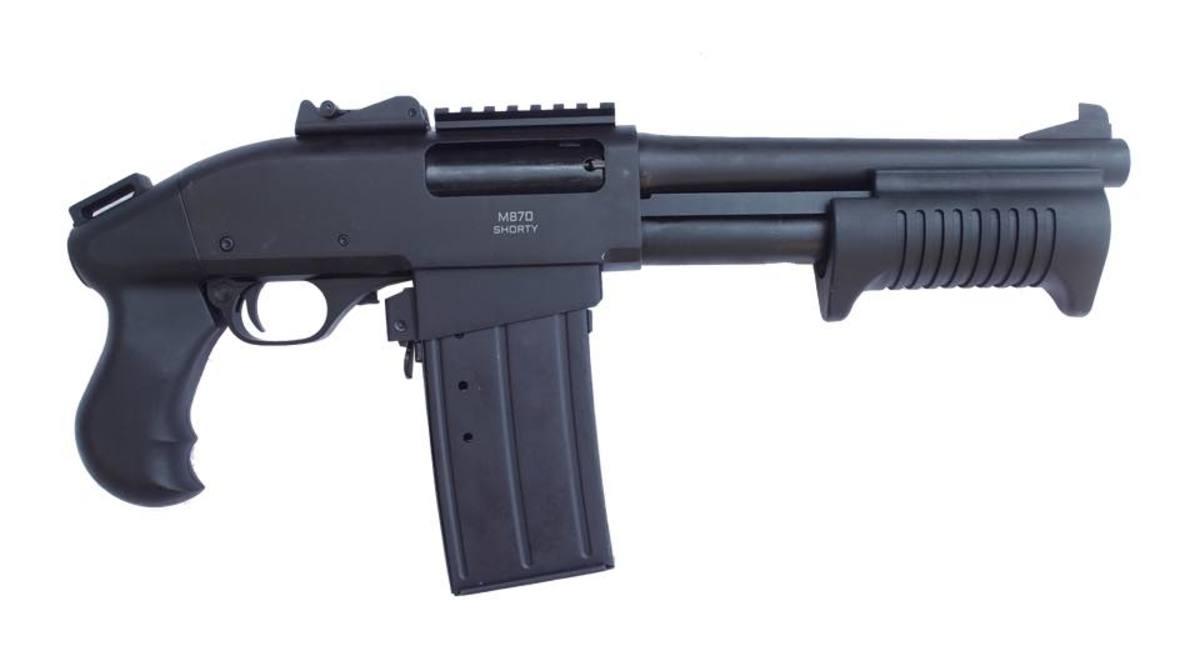 Brokovnice SDM sú postavené na overenom základe Remington 870 s celo-oceľovým telom. SDM M870 Shorty je netypická zbraň - broková pumpa kompaktných rozmerov s 5 ranovým zásobníkom, ktorý umožňuje rýchlejšie prebitie, ako klasické nabíjanie do tubusu (tubus už neslúži ako zásobník). Celková dĺžka 472mm umožňuje ľahké prenášanie. Ďalšie zásobníky je možné dokúpiť.